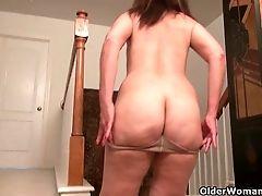 Yankee Mummy Lani Lee Peels Off Her Nylon Pantyhose